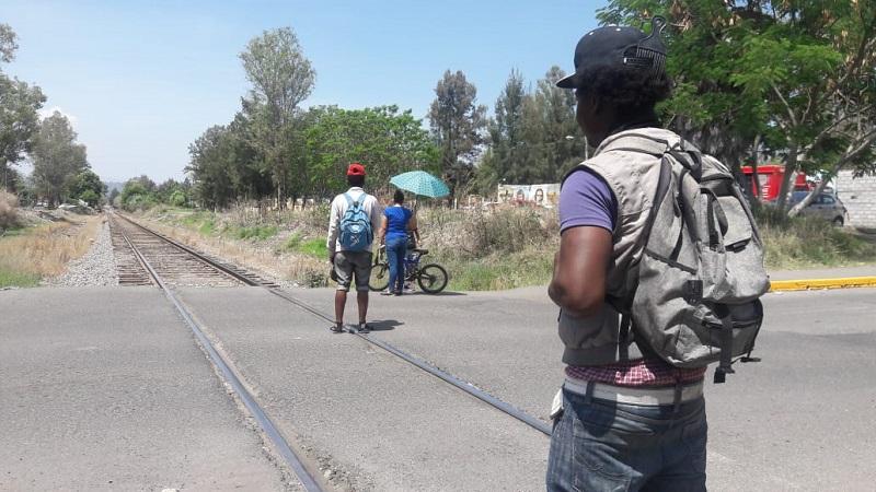 """Así es como Yasen Fabricio Herrera su prima y su sobrino, esperan ansiosos la llegada de la locomotora que los trasladará como """"polizones"""", es decir, como viajeros clandestinos al municipio de Irapuato, Guanajuato, después a Torreón, Coahuila, para de ahí, alcanzar la frontera sur de los Estados Unidos"""