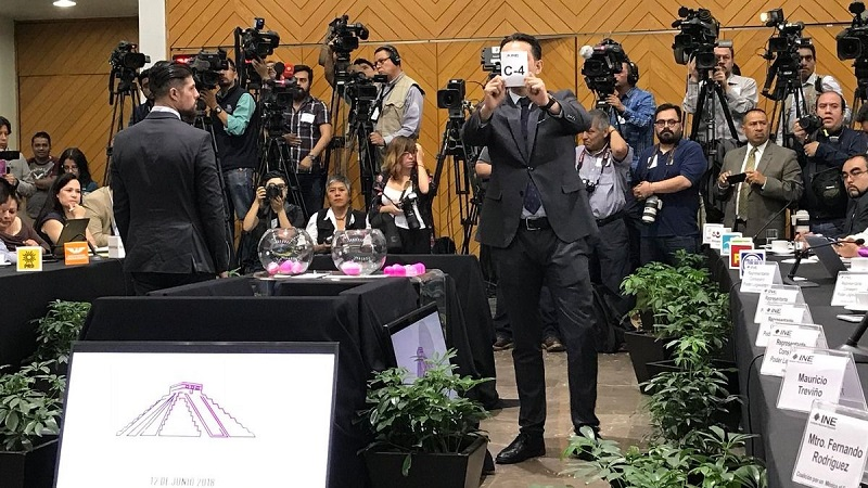 El INE también realizó el sorteo para las intervenciones de los tres moderadores Gabriela Warkentin, Carlos Puig y Leonardo Curzio, que se darán a conocer hasta el mismo día del debate, que se llevará a cabo en el Gran Museo Mundo Maya (Fuente: Twitter: @CiroMurayamaINE)