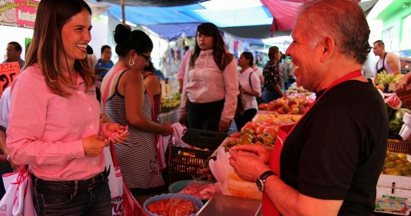 Daniela de los Santos recorre mercados y ofrece mejorar las condiciones de los comerciantes