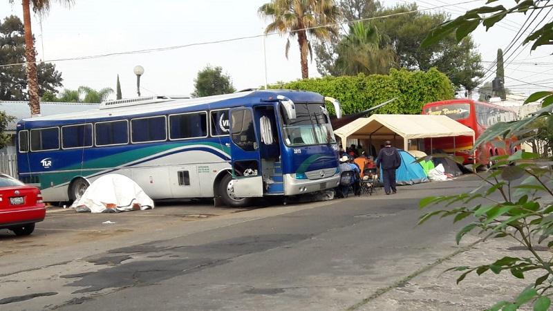 En el lugar se observan dos autobuses de turismo, dos toldos y 10 casas de campaña, donde se realizan guardias