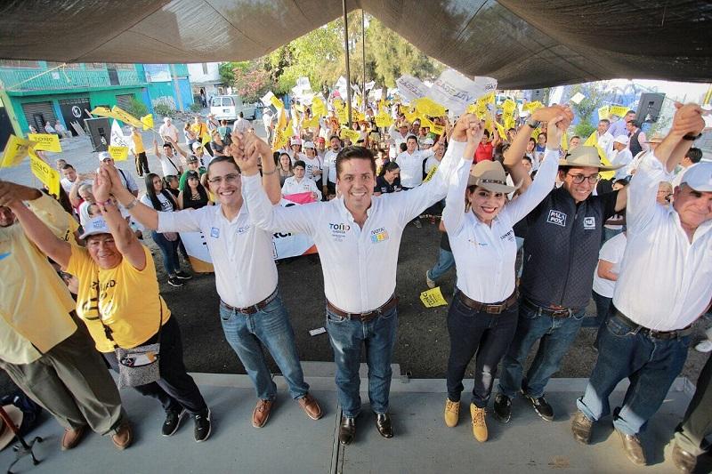 Toño García recorrió las colonias populares de Morelia, en donde aseveró que cada necesidad de la gente ha sido recopilada en las propuestas de las y los candidatos de los dos frentes