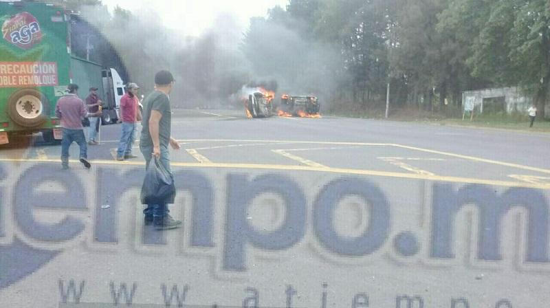 Comuneros bloquearon la carretera Uruapan-Carapan a la altura de la desviación a Los Reyes, los cuales voltearon una camioneta y le prendieron fuego, también atravesaron un tráiler