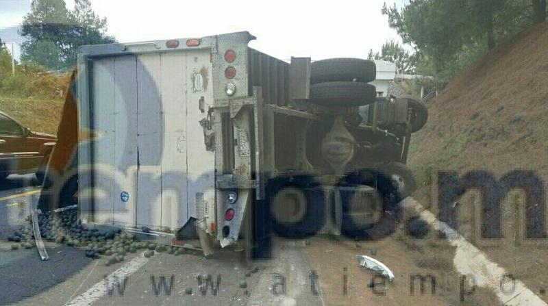 La autopista fue cerrada parcialmente mientras paramédicos atendían al conductor identificado como Roberto Carlos H., de 31 años de edad
