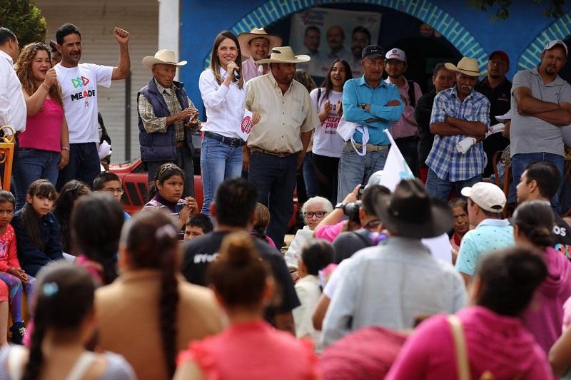 Al dirigirse a los habitantes de la comunidad de Puerto del Madroño, Daniela de los Santos apuntó, que una de las peticiones de la población es la pavimentación del camino que los une con la tenencia
