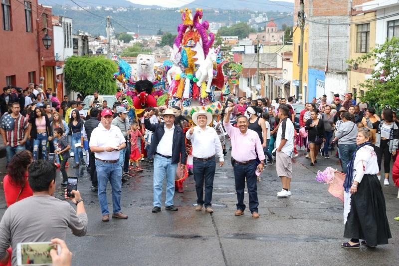 Animados por la Banda Sabrosa y seis toritos de petate, cientos de colonos se sumaron a un recorrido por varias calles de la mencionada colonia, que estuvo encabezado por Gerónimo Color