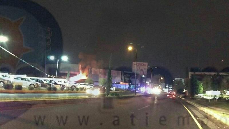 Los bomberos laboraron para evitar que el fuego se propagara a otros negocios, ya que en un costado del establecimiento se encuentra un lote de autos