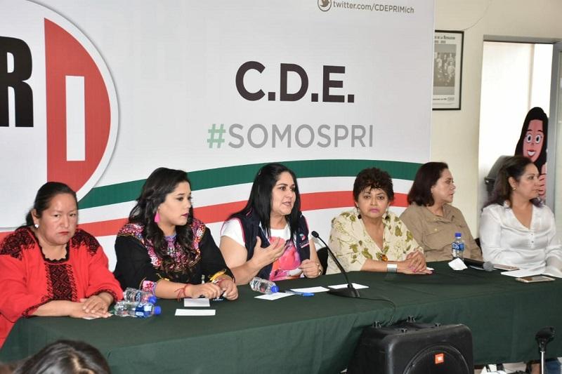 La secretaria estuvo flanqueada por la Rosita Molina Rojas, Secretaria General del CDE del PRI, Rocío Gochi Pineda, presidenta del ONMPRI, así como de Arely Madrid Tovilla, subdelegada del CEN en Morelia