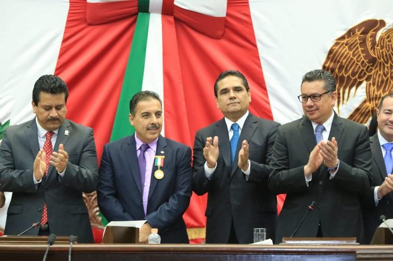 Hernández Moreno se dijo agradecido con este reconocimiento y expresó que con tan honrosa distinción, su compromiso con Michoacán y sus instituciones es mayor