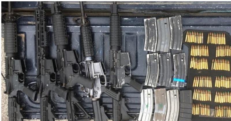 A los detenidos se les aseguraron cinco armas y un vehículo en el que transitaban