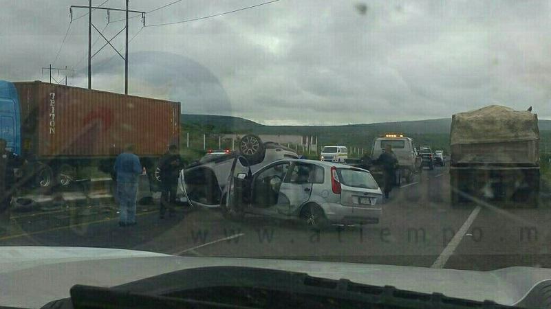 Automovilistas que se percataron del accidente solicitaron apoyo a la línea de emergencia, arribando paramédicos y bomberos de Protección Civil Tarímbaro para valorar a los pasajeros de ambas unidades