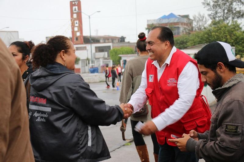 Junto con el candidato suplente, Eduardo Zarate Vargas, el abanderado priísta estrechó la mano de cientos de ciudadanos quienes expusieron demandas diversas