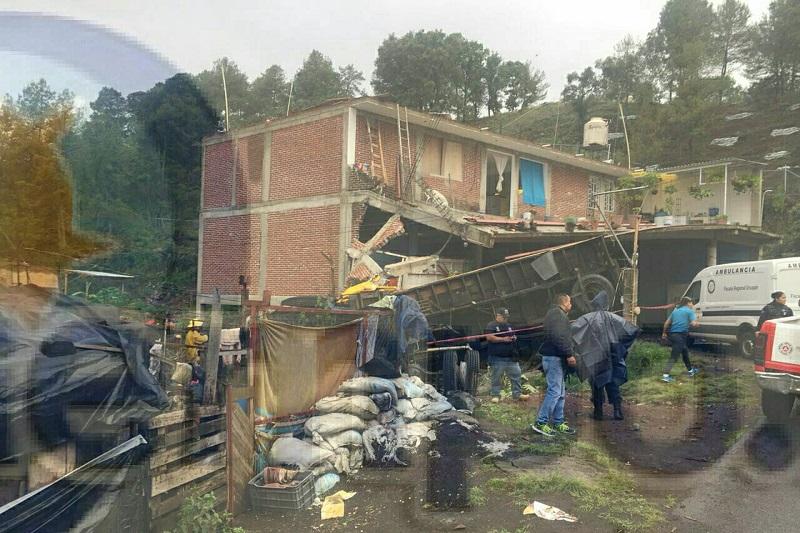 El camión quedó completamente destrozado quedando el chófer y el acompañante sin vida
