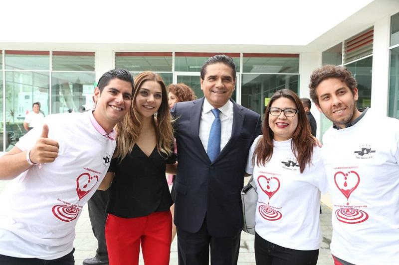 En este marco, las autoridades entregaron agradecimientos a donadores y donadoras altruistas, entre ellos, la hija del Gobernador, Sofía Aureoles Geymonat