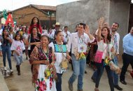 El recibimiento de Toño Ixtláhuac tuvo lugar a un costado de la carretera para ingresar por la calle principal, cual si fueran un ejército cientos de lugareños ya lo esperaban, acompañados por la candidata a diputada federal, Eva María Pimentel