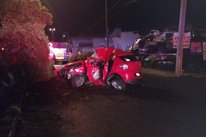 Automovilistas solicitaron apoyo a la línea de emergencias arribando personal de Bomberos Morelia, quienes confirmaron que el joven conductor ya había perdido la vida prensado entre los fierros del vehículo