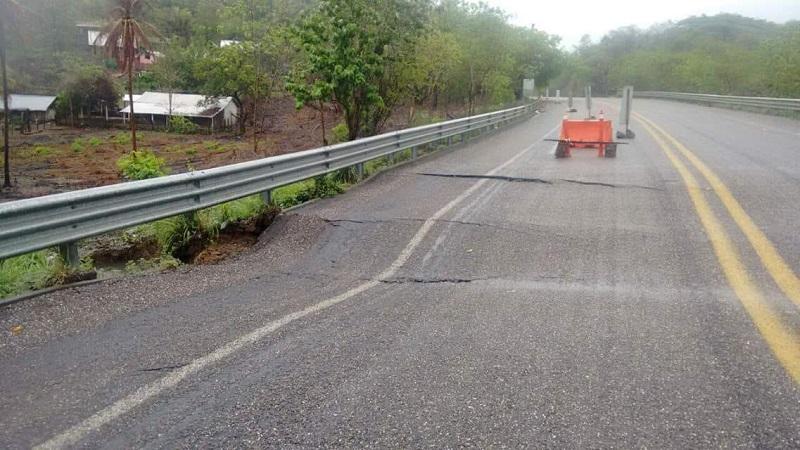La dirección de Protección Civil Municipal alertó a los conductores a que extremen precauciones en la carretera Lázaro Cárdenas - La Mira así como Acalpican hacia la costera y Playa Azul - La Mira