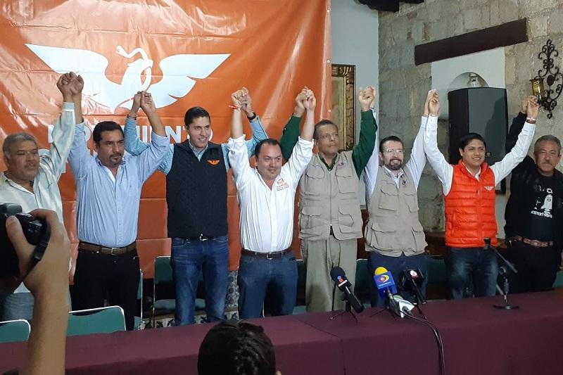 Quienes acompañaron al candidato a alcalde, Manuel Delgado, en el anuncio fueron el Coordinador de la Comisión Operativa Estatal de Movimiento Ciudadano, Javier Paredes, y el dirigente estatal del Partido Encuentro Social, Javier Valdespino (FOTO: SEBASTIÁN CASIMIRO)