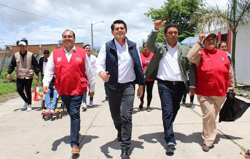 En la colonia Loma Libre, Toño Ixtláhuac recorrió las diferentes calles, incluso las lodosas por las lluvias porque que siguen sin pavimentar
