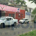 En cuestión de minutos arribaron elementos de la Policía Michoacán, los cuales implementaron un fuerte operativo en la zona y cerraron la circulación