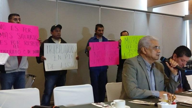 Algunos empleados presentes acusaron que el propio director gana 90 mil pesos mensuales algo que les parece excesivo y ante ello, Valenzuela Cepeda reconoció su salario