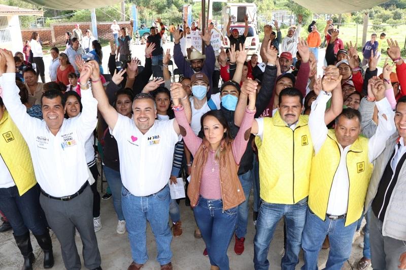 Al reunirse con comerciantes del mercado municipal y con pobladores de la comunidad El Ailar, Elías Ibarra reconoció la labor cotidiana de quienes como ellos contribuyen no sólo al sostenimiento y desarrollo de sus familias, sino a la estabilidad de la economía en Tuxpan