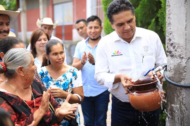 Aureoles Conejo constata el inicio de la construcción de techumbre de la Pista Ejidal, en la localidad de Las Juntas del Tanque
