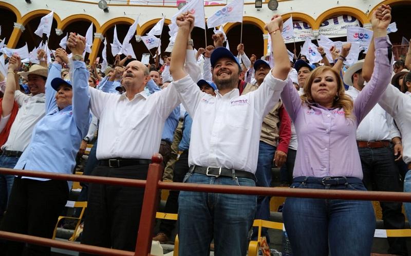 Fausto Vallejo y su esposa Paty Mora disfrutaron al lado de miles de morelianos de los artistas y bandas, toritos de petate, así como del espectáculo ecuestre y jaripeo organizado para agradecer el apoyo de los capitalinos
