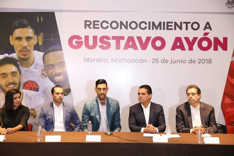 Reconoce el gobernador Silvano Aureoles la trayectoria del mexicano Gustavo Ayón