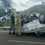 Después del impacto el taxi volcó quedó con las llantas hacia arriba, por lo que en cuestión de minutos arribaron elementos de Bomberos Morelia los cuales atendieron al conductor identificado como José Luis L.