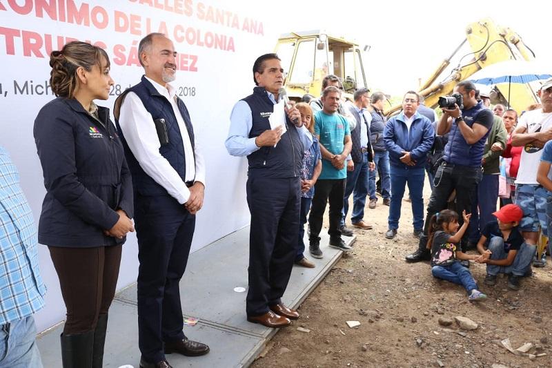 Aureoles Conejo supervisó los trabajos de pavimentación de las calles Rafael Aldrete y Manuel Fernández Rojo, de la colonia Torreón Nuevo de la capital michoacana