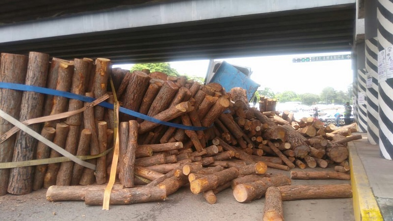 Al lugar acudieron elementos de la Policía Morelia, los cuales cerraron la vialidad provocando largas filas de vehículos por lo que tuvieron que desviarlos, mientras retiraban la carga y la pesada unidad
