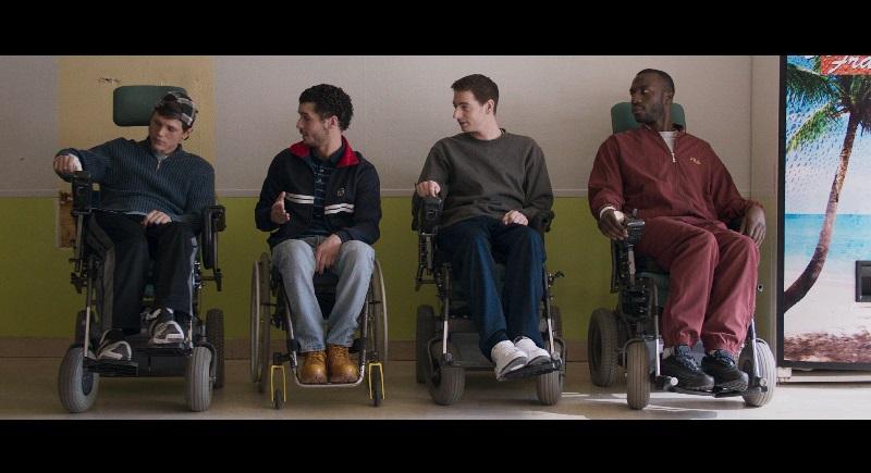 Los directores podrían haber elegido un tono de patetismo exacerbado, pero en cambio, nos ofrecen una mirada bien documentada y frontal de la discapacidad (tal como se menciona en la película, sin usar la corrección política que impera en estos casos)