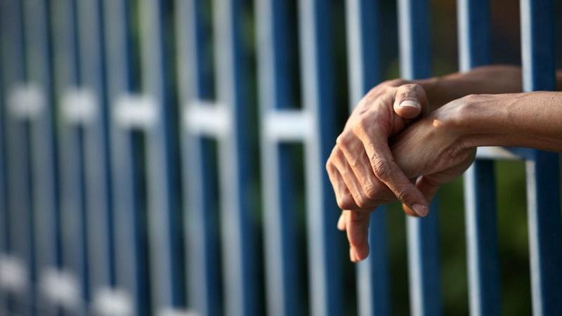 Se determinó que el ahora detenido le realizó diversas amenazas al afectado, a quien le advirtió que, si no entregaba dicho numerario, atentaría contra la integridad de sus familiares