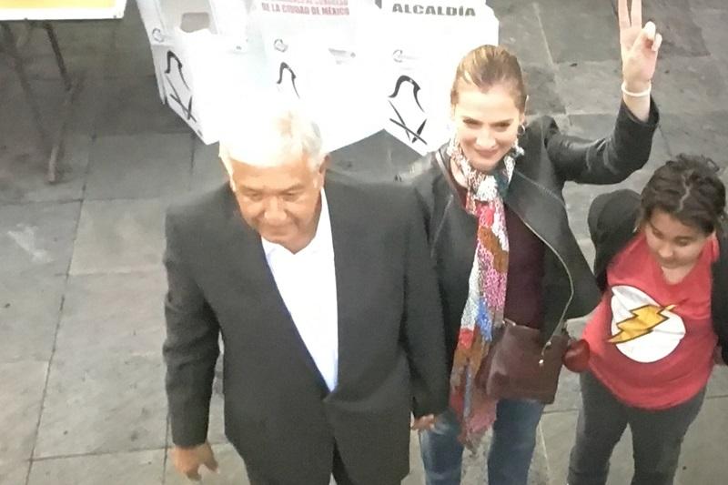 López Obrador estuvo acompañado por su esposa, Beatriz Müeller, y su hijo menor. El candidato pudo emitir su sufragio aproximadamente a las 08:50 horas.