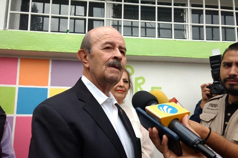 Acompañado de su esposa Paty Mora de Vallejo, el cuatro veces alcalde acudió a emitir su voto en la casilla instalada en la colonia Chapultepec Norte de la capital del estado