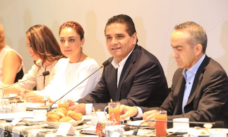Silvano Aureoles, en compañía de la titular de la CGCS, Julieta López Bautista, encabeza reunión con representantes de los medios de comunicación
