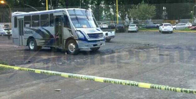 Al lugar acudieron elementos de la Policía Michoacán, así como paramédicos, los cuales confirmaron la muerte del trabajador del volante y resguardaron el lugar