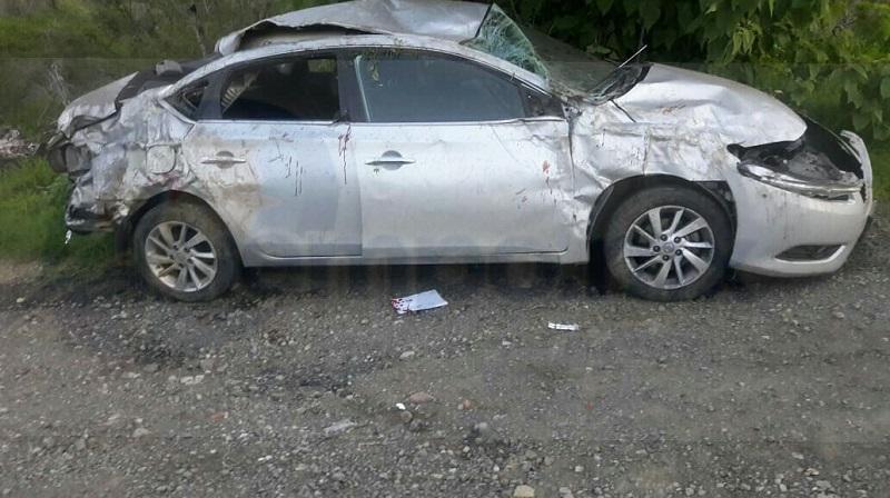 Elementos de Tránsito Estatal se hicieron cargo de realizar el peritaje del accidente y con el apoyo de una grúa retiraron el vehículo siniestrado