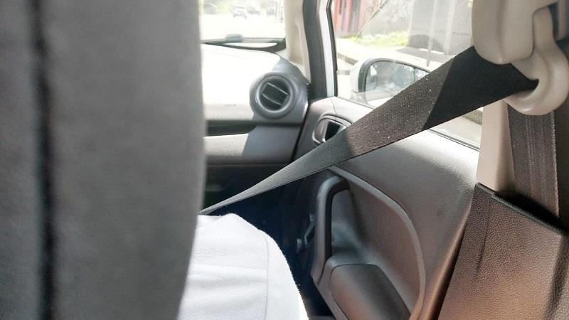 Al instalar el asiento infantil, se recomienda colocarlo en la parte trasera central, ya que no cuenta con bolsa de aire frontal y es la parte menos afectada por los impactos, a diferencia de las plazas laterales