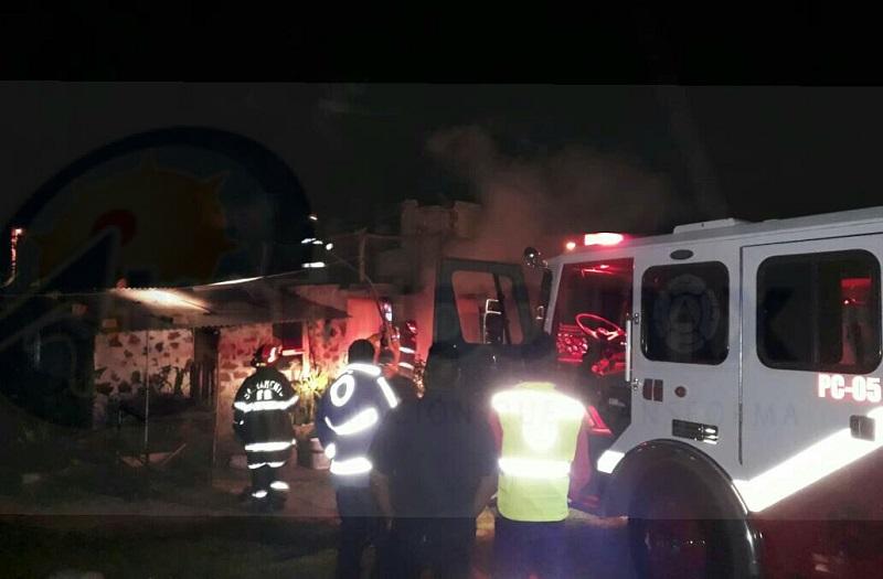 Personal de bomberos indico que la posible causa fue un corto circuito, ya que las instalaciones estaban en mal estado; hubo pérdidas materiales en muebles, ropa y accesorios, sin que se reportaran personas lesionadas