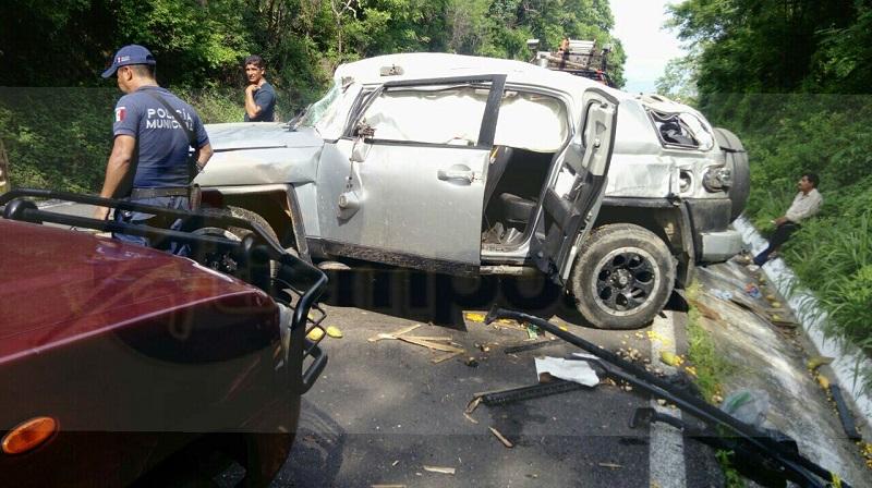 El accidente ocurrió minutos antes de las 18:00 horas cuando circulaba una camioneta Toyota, de color gris, sobre dicha carretera y al llegar a la altura de la comunidad de Arroyo Seco el conductor perdió el control