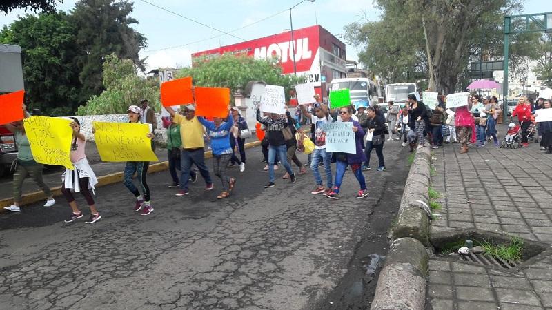 Con pancartas en mano donde exigieron un alto a la supuesta privatización del agua en Morelia que pretenden hacer los directivos