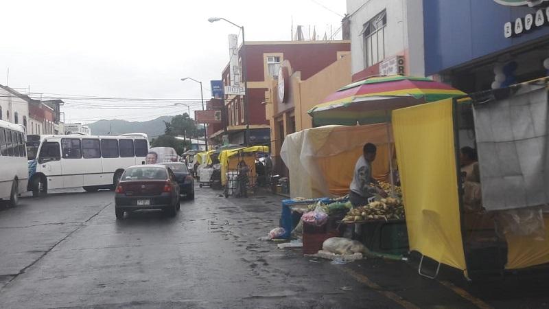 Y es que ahora incluso algunos vendedores ambulantes se han colocado sobre el arroyo vehicular, mientras que la gran mayoría está haciendo uso irregular de la banqueta con sus estructuras