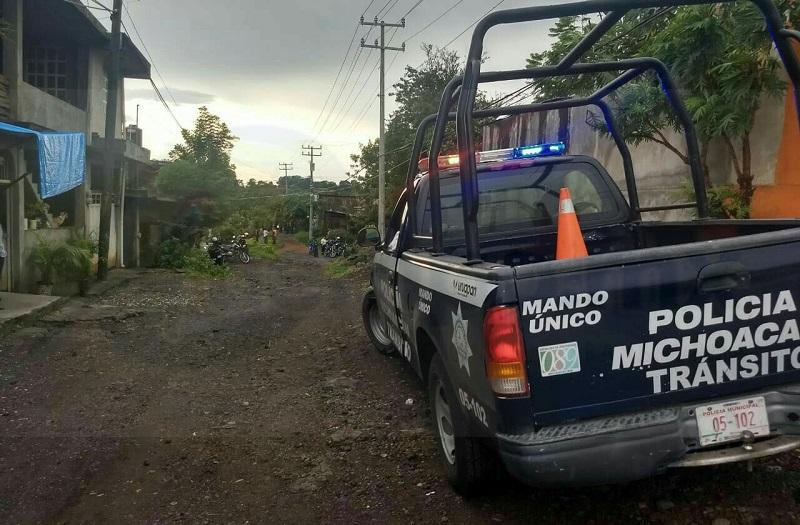 Momentos después arribaron los elementos de la Policía Michoacán y de Tránsito y Vialidad Municipal, quienes pidieron el apoyo de una ambulancia para que los paramédicos auxiliaran a los heridos