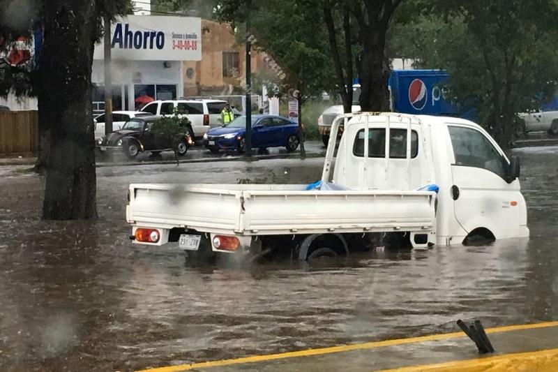 Hasta al momento no se reportan personas lesionadas únicamente daños materiales en vehículos y viviendas quedando la línea de emergencias 911 a disposición de los ciudadanos para cualquier emergencia