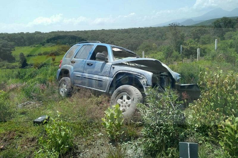 Automovilistas solicitaron apoyo a la línea de emergencias, porque un menor de 6 meses salió proyectado de la camioneta y otros tres pasajeros estaban en el interior gravemente lesionados