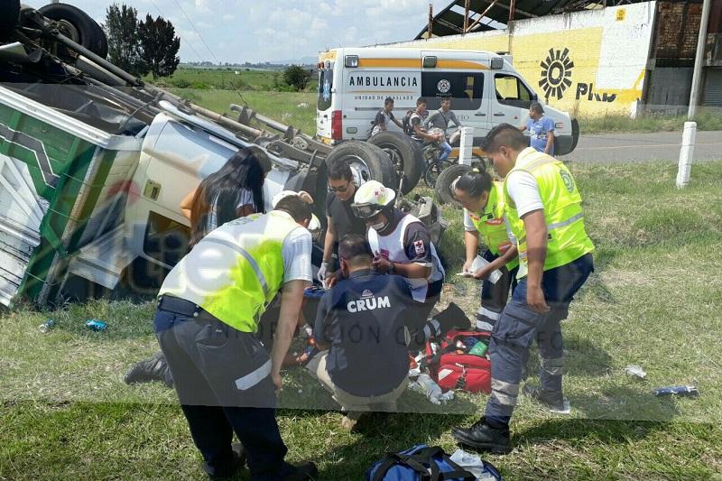 """El accidente ocurrió aproximadamente a las 15:30 horas cuando un autobús de la línea """"Autovías"""", colores oficiales, impactó a una camioneta, provocando que se volcara"""