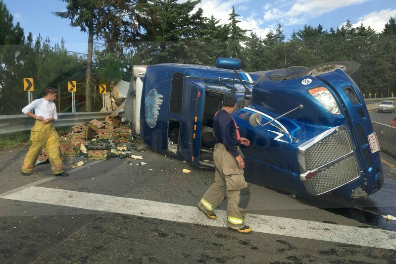 El accidente ocurrió minutos después de las 19:00 horas cuando circulaba por dicho tramo carretero un tracto camión marca Kenworth, de color azul, con placas de circulación 777-EJ-4 del servicio público federal