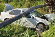 Tras el fuerte impacto ambos ocupantes del vehículo Volkswagen tipo Jetta, de color blanco, con placas de Guerrero, resultaron lesionados