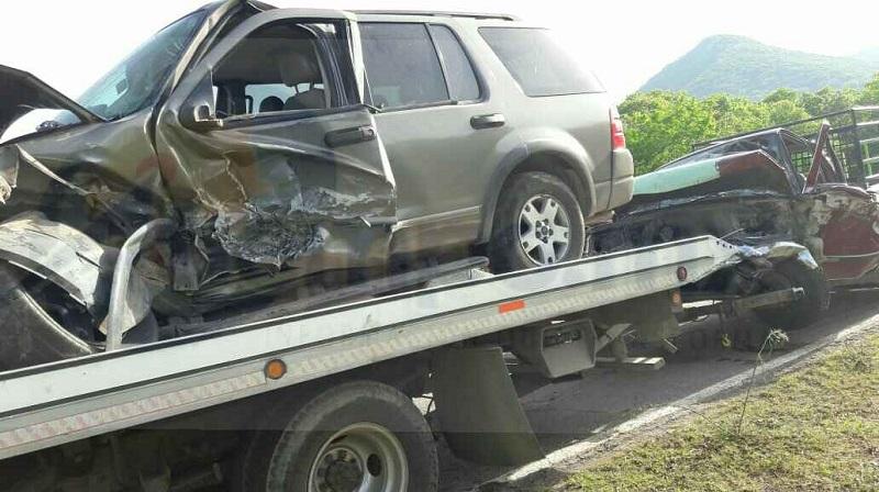 Conductores que transitaban por el lugar y se percataron del accidente apoyaron a los lesionados para trasladarlos a un hospital para recibir atención médica